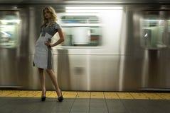 Anseende för modemodell på NYC-gångtunnelen Arkivfoto