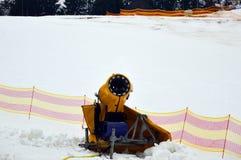 Anseende för snödanandemaskin på det snöig sluttande i Bukovel Arkivfoto