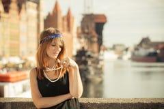 Anseende för stil för klaffflickakvinna in1920s på gatan Royaltyfria Bilder