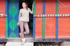 Anseende för tonårs- flicka på trappan framme av skafferit Fotografering för Bildbyråer