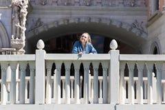 Anseende för tonårs- flicka som är utvändigt på bron royaltyfria bilder