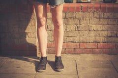 Anseende för ung kvinna i gatan arkivbilder