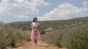 Anseende för ung kvinna i lavandafältet stock video