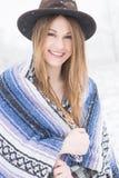 Anseende för ung kvinna i snö med den bohemiska den stilhatten och filten Arkivbilder