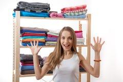 Anseende för ung kvinna nära garderoben arkivfoto