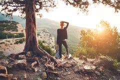 Anseende för ung kvinna på berget på solnedgången SOMMAREN landskap Fotografering för Bildbyråer