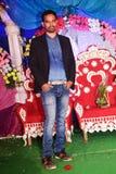 Anseende för ung man i en förbindelsefunktion som bär det svarta omslaget och jeans royaltyfri bild