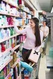 Anseende för vuxen kvinna med shoppingvagnen Royaltyfri Bild