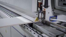Anseende och arbete för stor fabriksmaskin vitt i manufactoryarbetsrum arkivfilmer