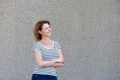 Anseendet för äldre kvinna med armar korsade att se säkert fotografering för bildbyråer