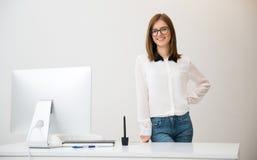 Anseendet för affärskvinna hör hennes arbetsplats arkivfoto