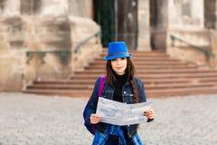 Anseendet för ung kvinna nära kyrkan i den gamla staden Lviv, och rymmer en översikt i hand ukraine arkivfoto