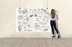Anseendet för ung kvinna på en stege och att dra ett affärsplan skissar på ett vitt baner 3d framför beståndsdelar i collage arkivfoto