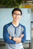 Anseendet för manlig student med armar vek i universitet Fotografering för Bildbyråer
