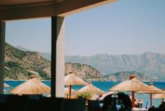 Ansicht über adriatisches Meer und schönen Strand mit Regenschirmen Stockbild