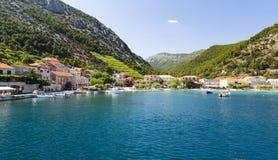 Ansicht über adriatisches Meer und Trstenik-Dorf auf Peljesac-Halbinsel nahe Orebic, Dalmatien, Kroatien Stockfotos