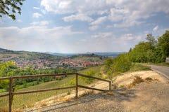 Ansicht über alba unter Hügel in Piedmont, Italien. lizenzfreies stockfoto