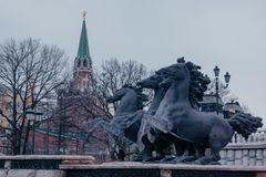 Ansicht über Alexander-Gartenhauptbrunnen der Kreml-Roten Platzes mit vier Pferden Berühmte Besichtigungsplätze der Touristen lizenzfreie stockfotos