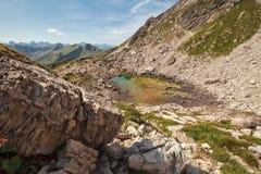 Ansicht über alpinen See Koblatsee lizenzfreies stockbild