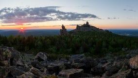 Ansicht über alte Berge ural Himmel und Ozean auf Sonnenuntergang Lizenzfreie Stockfotos