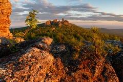 Ansicht über alte Berge ural Himmel und Ozean auf Sonnenuntergang Lizenzfreie Stockbilder