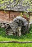 Ansicht über alte hölzerne alte Wassermühle im Freiluftmuseum, Frühlingszeit stockbild
