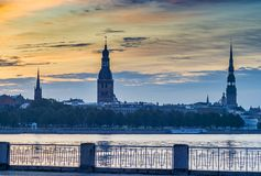 Ansicht über alte Riga-Stadt von der linken Bank des Daugavaflusses Stockfotos