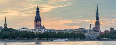 Ansicht über alte Riga-Stadt von der linken Bank des Daugavaflusses Lizenzfreie Stockbilder