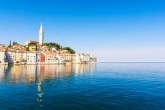 Ansicht über alte Stadt Rovinj und adriatisches Meer, Istria, Kroatien Lizenzfreies Stockfoto