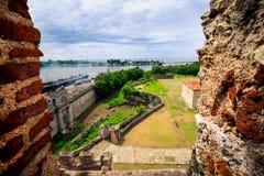 Ansicht über alte Stadtmauern und neuen Industriehafen von Santo Domingo, durch das Fenster der Festung - Fortaleza Lizenzfreies Stockfoto
