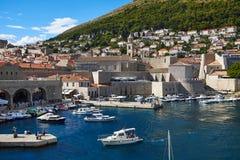 Ansicht über alten Hafen von Dubrovnik Stockfotos