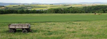 Ansicht über Anhänger in einer grünen Landschaft Stockbild