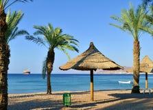 Ansicht über Aqaba-Golf vom Nordstrand von Eilat Stockfotografie