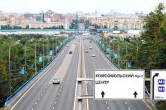 Ansicht über Autobahn zur Mitte von Moskau Stockfotografie