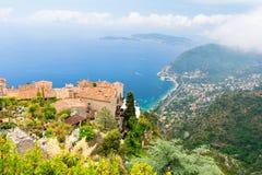 Ansicht über azurblaue Bucht von der mittelalterlichen alten Stadt Eze, französisches Riviera, Frankreich Stockfotografie