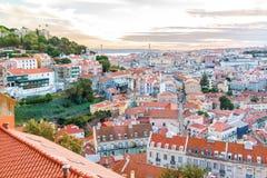 Ansicht über Baixa und Castelo de Sao Jorge, Lissabon, Portugal Lizenzfreies Stockbild