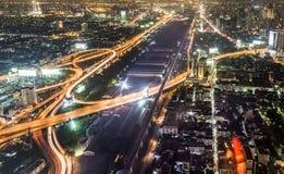 Ansicht über Bangkok-Skyline bis zum Nacht Stockbilder