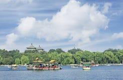Ansicht über Beijing Beihai See mit blauem Himmel und Wolken stockbilder