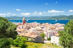 Ansicht über berühmte Stadt Saint Tropez auf französischem Riviera in Süd-Frankreich lizenzfreies stockbild