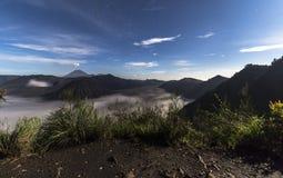 Ansicht über Berg Bromo-Landschaft nachts Lizenzfreies Stockfoto