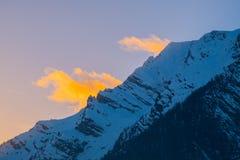 Ansicht über Berg Grimming zu einigen gelben Wolken auf Sonnenuntergang lizenzfreies stockfoto
