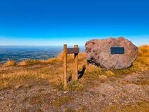 Ansicht über Berg-Hutt-Gebirgslandschaft an einem sonnigen Tag, nahe Methven, Südinsel, Neuseeland lizenzfreies stockbild
