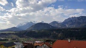 Ansicht über Berge Dachstein Massiv von Haus im Ennstal stockbild
