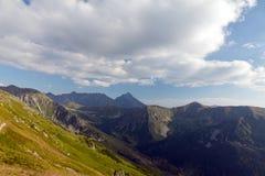 Ansicht über Berge im Sommer mit blauem Himmel und Wolken Lizenzfreie Stockfotografie