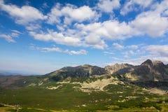 Ansicht über Berge im Sommer und blauen Himmel mit Wolken Stockfoto