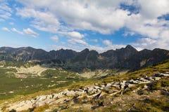 Ansicht über Berge in Polen im Sommer und im blauen Himmel mit Wolken Stockbilder