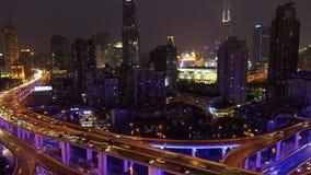 Ansicht über beschäftigte Hochstraßekreuzung u. Skyline, Shanghai stock video