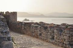 Ansicht über Bourtzi-Festung vom oberen Schloss der Nafplio-Stadt stockfotografie
