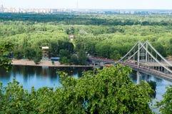 Ansicht über Brücke über dem Wasser von Dnepr Stockfotografie