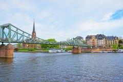 Ansicht über Brücke über Hauptfluß in Frankfurt am Main Stockbild